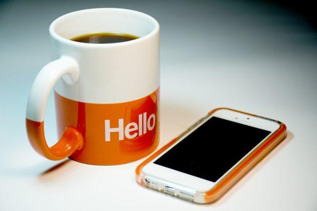 Смартфон и чашка кофе