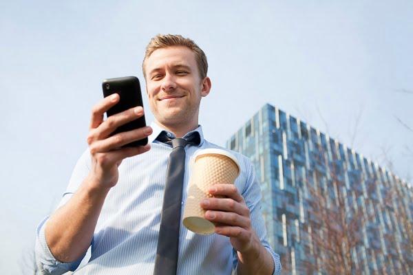 мужчина с телефоном и кофе