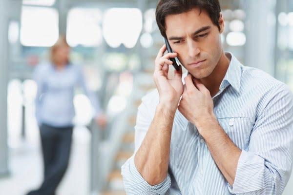 недовольный клиент говорит по телефону