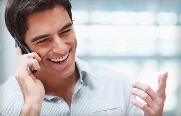 довольный клиент говорит по телефону